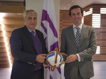 Le Président de la FEI, Ingmar De Vos (à gauche) et le Président de la FIHB, Frederico Cannes (à droite) (c) Photo FEI